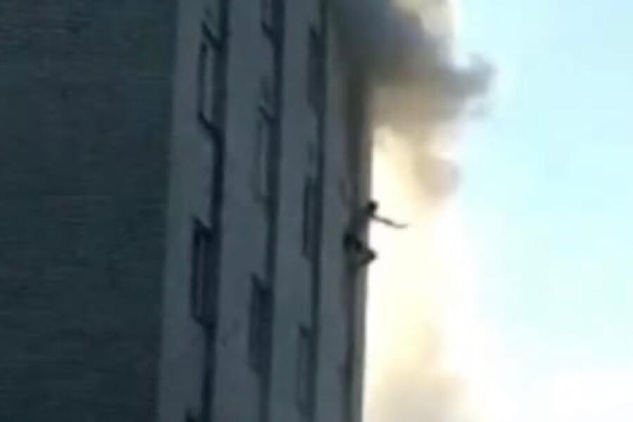 В Куровском парень выпрыгнул из окна 6-го этажа во время пожара