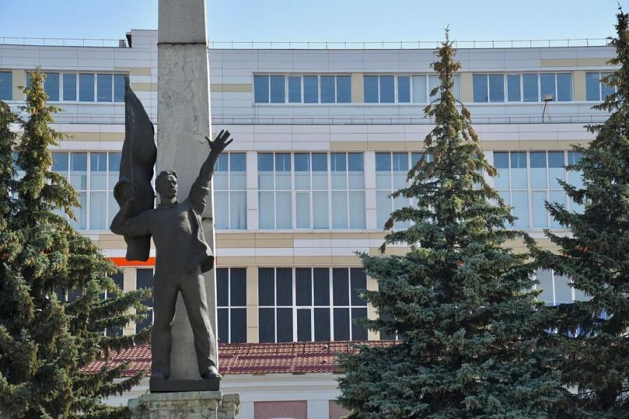 История памятника борцам революции и кто похоронен во Дворе Стачки