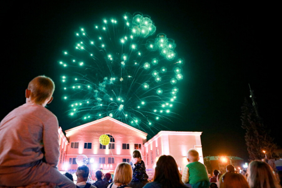 Салютом завершилось двухдневное празднование Дня города в Куровском